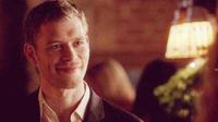 Klaus smiling to Caroline 4x9