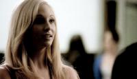 Caroline talking with Stefan 1x5