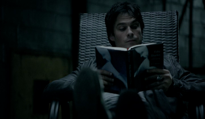 Damon lit les 50 Shades Of Grey.png