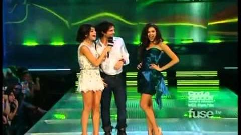 Nina_Dobrev_and_Ian_Somerhalder_at_the_2011_MMVA_(VOSTFR)