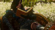 Йен читает книгу