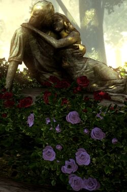 Статуя влюбленных и розы памяти.jpg