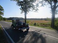 Commons-Reuden, Anhaltischer Rundsockelstein an der B 246 (3) mit Opel-Automobil