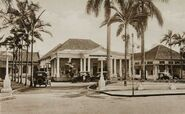 Commons-COLLECTIE TROPENMUSEUM Auto's voor Hotel Preanger in Bandoeng TMnr 60052435