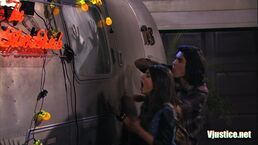 1x05-Tori and Beck freaking out outside Beck's RV.jpg