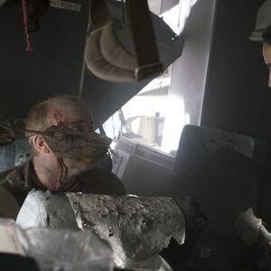 Chris-and-passengers-Fear-The-Walking-Dead-203.jpg