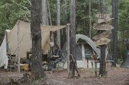 9x04 Daryl sitting at the camp