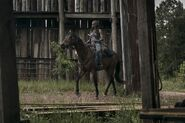 9x02 Michonne entrance to Hilltop
