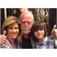 Chandler-with-his-mom-and-Scott-Wilson-at-FrightMare-a-few-days-ago-chandler-riggs-37047053-640-640