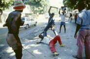 Гаитянские вилиганты захватывают тонтон-макута, 1987 год 3