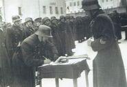 Новые красноармейцы из состава 29-го литовского корпуса принимают советскую присягу. В немецких касках