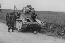 Брошеный при отступлении танк (бортовой номер 06), июнь 1940 г..jpg
