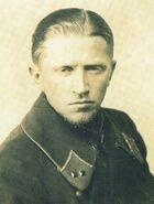 Лейтенант в литовской шинели на которую нашиты советские петлицы