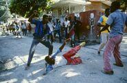 Гаитянские вилиганты захватывают тонтон-макута, 1987 год 2