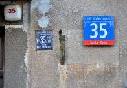 Przedwojenna tablica adresowa ul. Walecznych 35