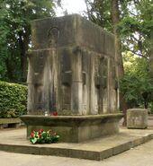 Cmentarz Wojskowy (nagrobek K. Świerczewskiego)