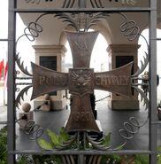 Grób Nieznanego Żołnierza, Krzyż Walecznych