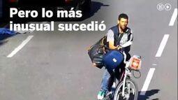 Un_policía_derriba_a_un_ladrón_con_la_puerta_del_coche