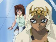 Ishizu protegiendo a Tea poseida