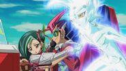 Tori, Yuma y Astral en el Duel Coaster